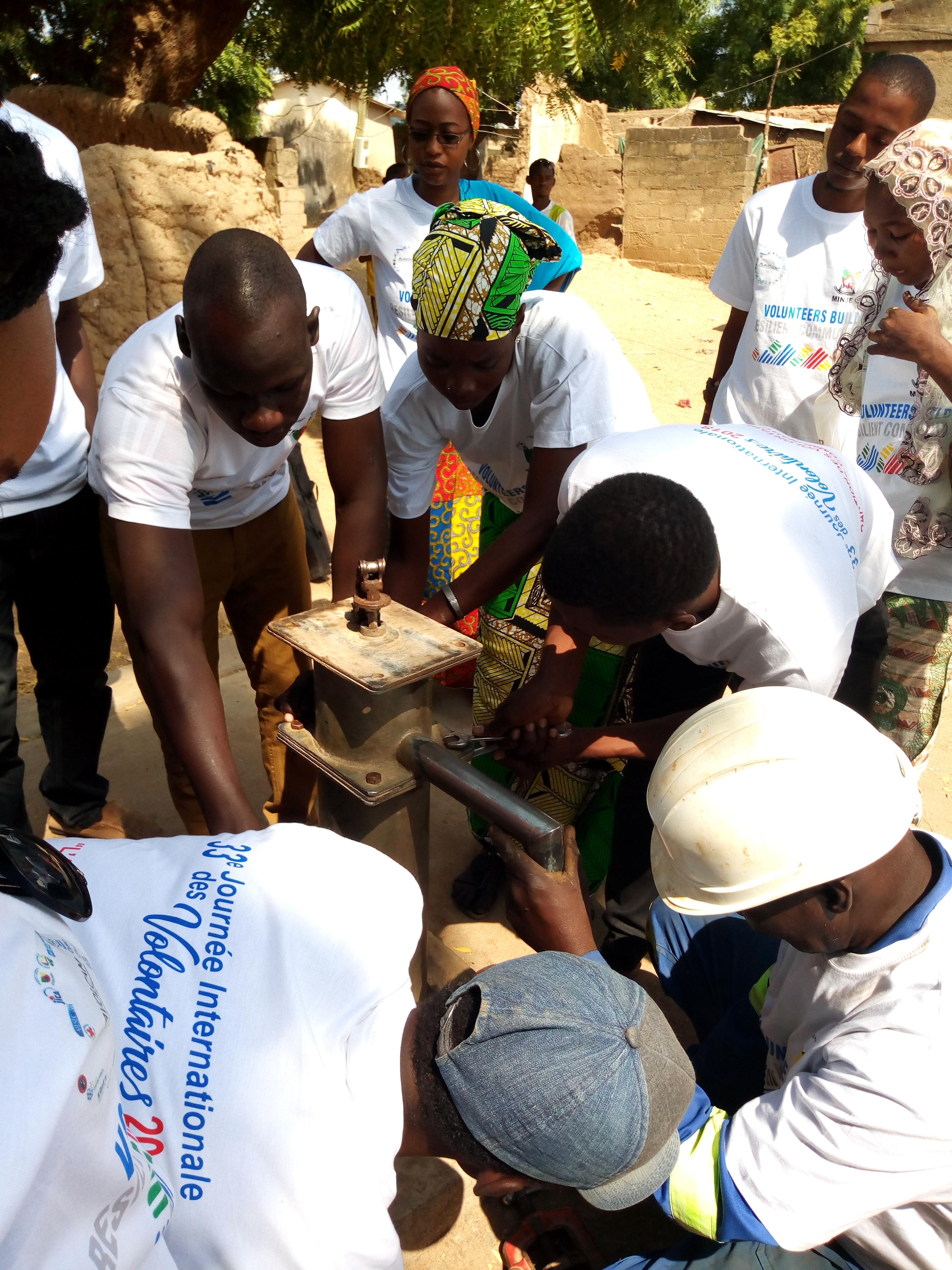 JIV 2018: Les volontaires en action à BOGO pour réhabiliter deux forages.